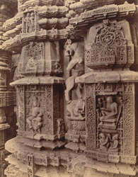 Close view of two sculptural niches east of the statue of Durga, on the façade of the sanctuary of the Rajalinga Temple, Bhubaneshwar